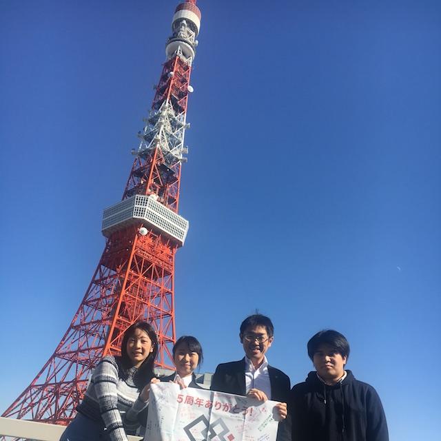 東京タワーを背に...社長と2018卒3人で中華ランチ
